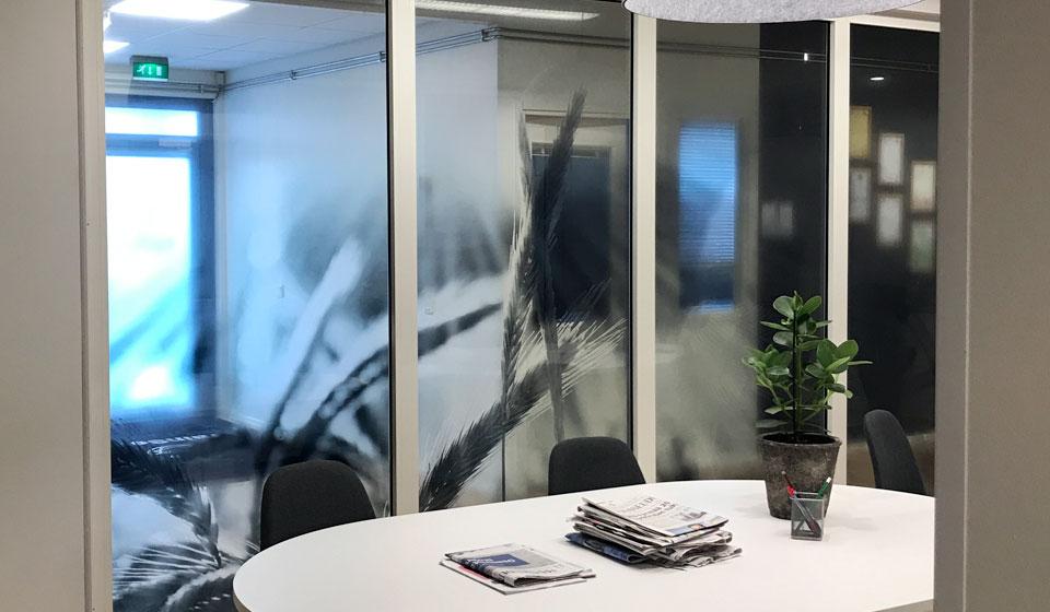 Toimiston ikkunateippaus Clearview-kalvolle